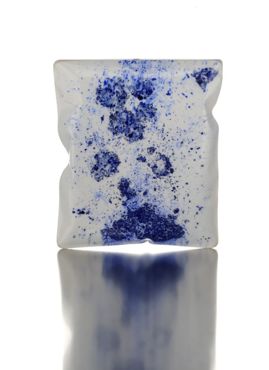 "Catalina Brenes - ""Mattina"", 2011. Brooch. Resin, silver and pigments. Photo courtesy of the artist."