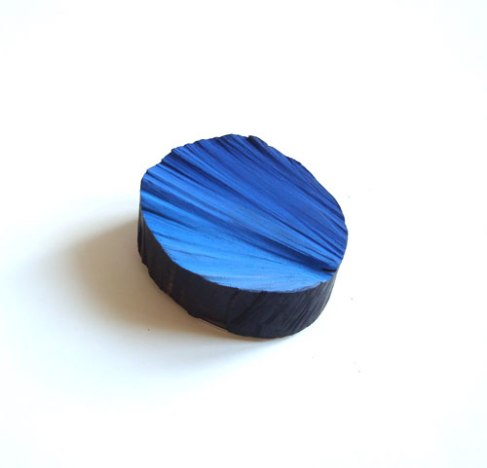 "Flora Vagi - ""Waves of blue"" - Brooch. Ebony wood, pigment, acrylic. Picture from http://www.galerie-orfeo.com/ausstellung.html"