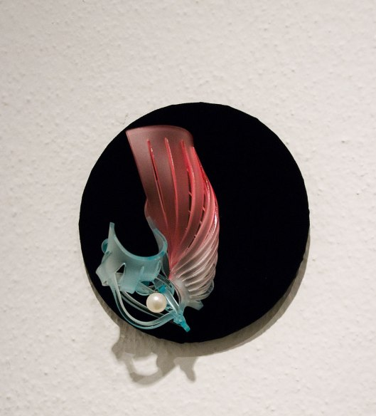 Cai-Xuan Wu - Brooch (2013). Acrylic, steel wire. Photo by Eleni Roumpou